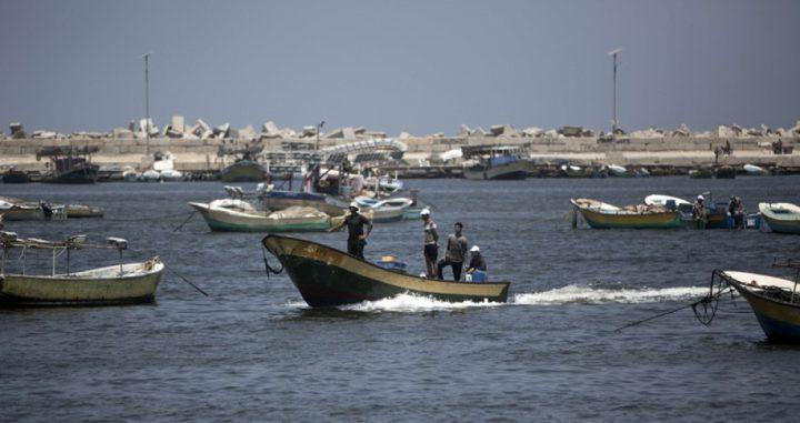 الاحتلال يزيد مساحة الصيد في بحر غزة