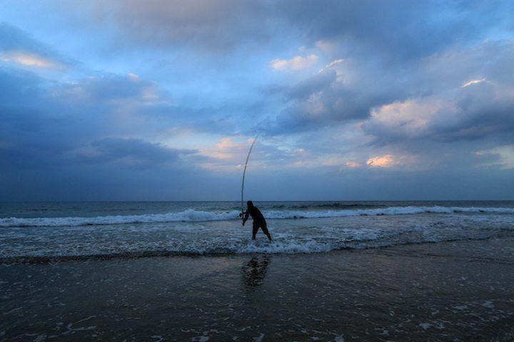 رجل فلسطيني يصطاد في البحر المتوسط على شاطئ مدينة غزة ، في 2 يناير 2019.