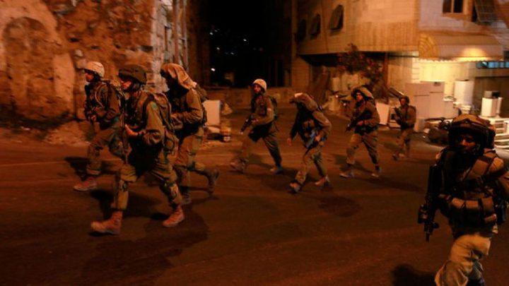 قوات الاحتلال تغلق طريق وادي سعير شمال الخليل