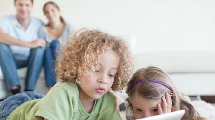 لماذا يجب على الأطفال ترك الهواتف قبل ساعة من خلودهم للنوم؟