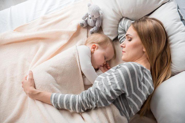 الاستلقاء بجوار طفلك عند النوم يحميه من الأمراض العقلية
