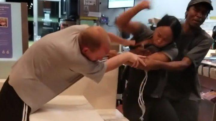 شجار عنيف بين رجل وامرأة داخل أحد المطاعم