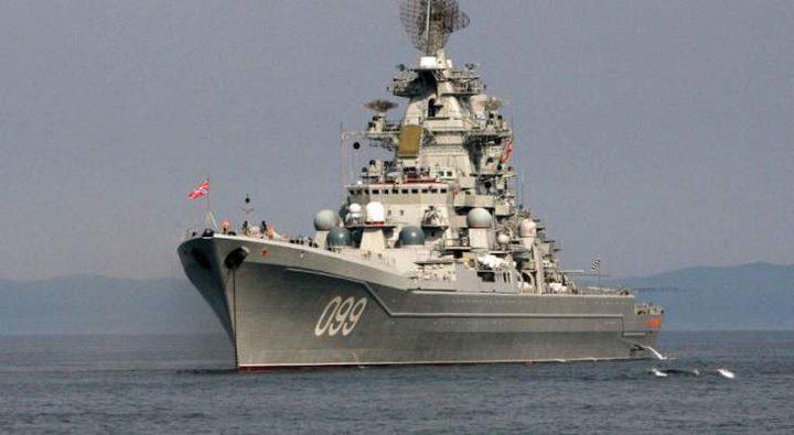 """سفينة الحراسة الروسية """"بيتليفي"""" تراقب سفينة إنزال أميركية"""