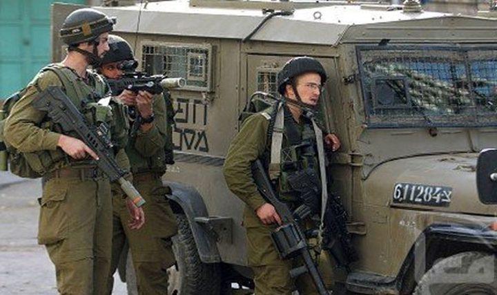 قوات الاحتلال تنصب حاجزًا على المدخل الرئيس لبيت فجّار
