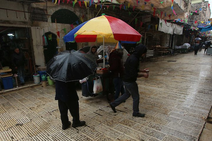 فلسطينيون يسيرون في شوارع في يوم ممطر ، في مدينة نابلس بالضفة الغربية في 9 يناير / كانون الثاني 2019.