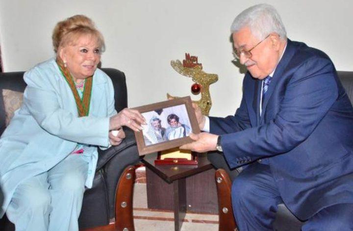 """الرئيس عباس يمنح نادية لطفي وسام """"نجمة القدس"""""""
