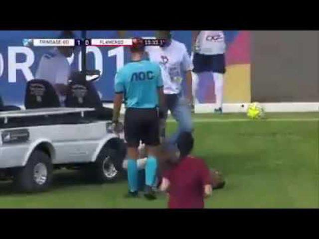 سيارة إسعاف تدهس قدم لاعب كرة مصاب