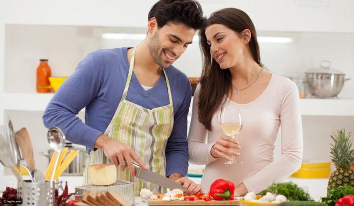 مساعدة الزوج لزوجته في أعمال المنزل تعاون أم انتقاص لرجولته