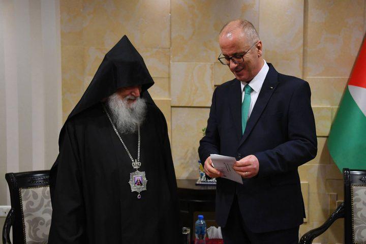 الحمد الله يتسلم دعوة لحضور قداس منتصف الليل لعيد الميلاد