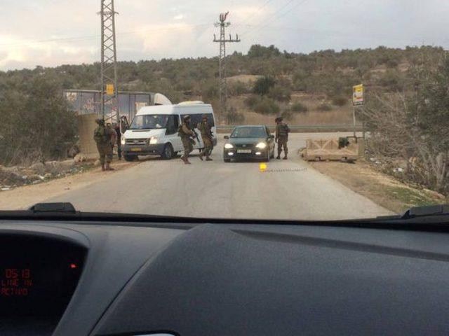 """الاحتلال ينصب حاجزاً عسكريا على طريق """"بيتونيا_عين عريك"""""""