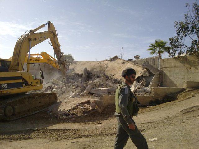 مستوطنون يهدمون سلاسل حجرية شرق الخليل