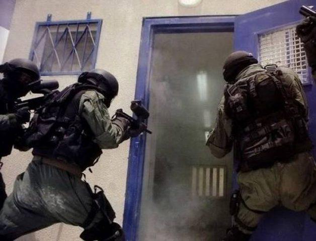 """سجن """"ريمون"""" تعرض لهجمة شرسة من قبل وحدات القمع الخاصة"""