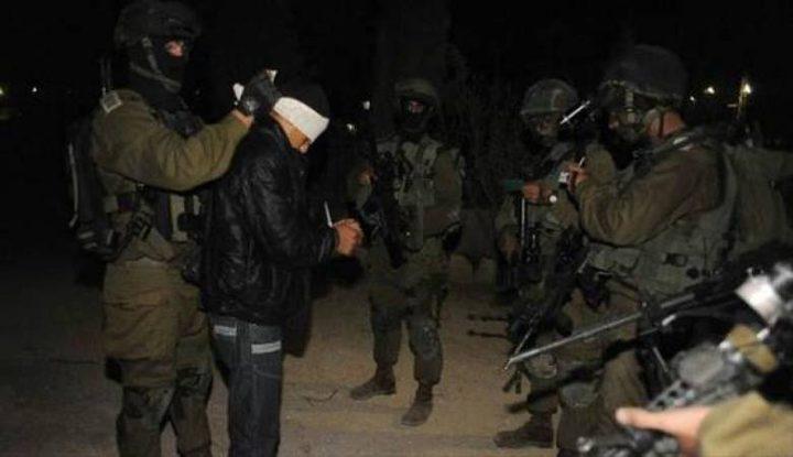الاحتلال يعتقل مواطنا وينصب حواجز عسكرية شمال الخليل