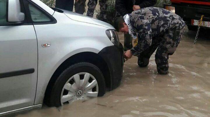 إصابة ضابطي شرطة أثناء مساعدة المواطنين بالمنخفض الجوي