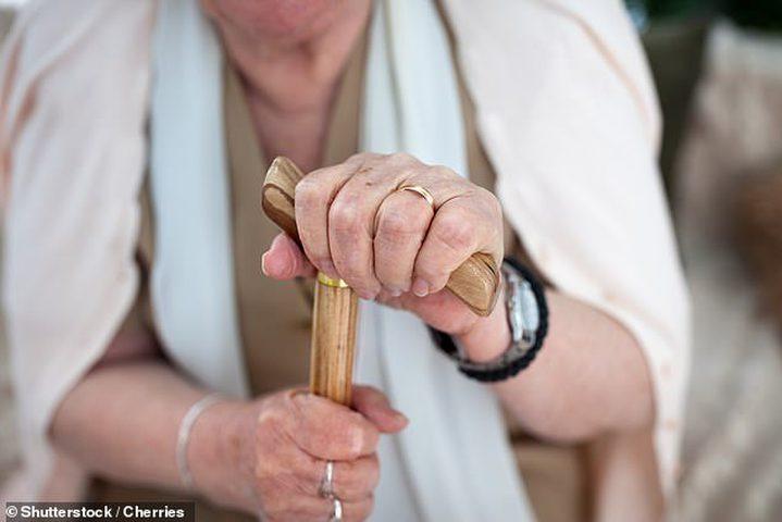 هل يوجد علاقة بين الخرف والضعف الجسدي لكبار السن؟
