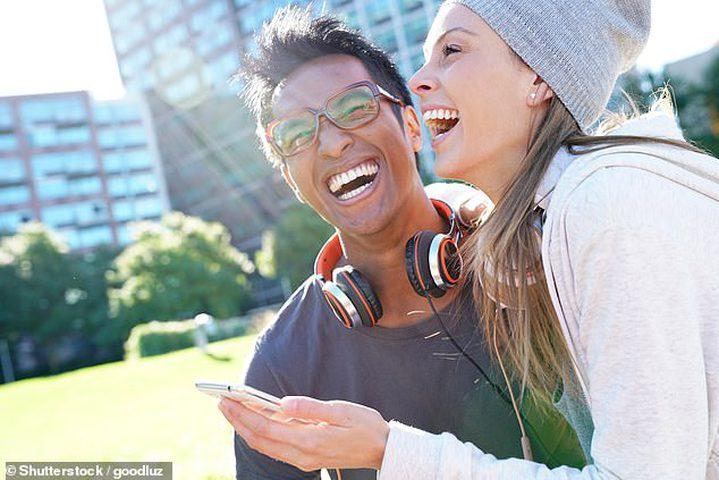 العلاقة بين الضحك وطول العلاقات الشخصية بين الأزواج