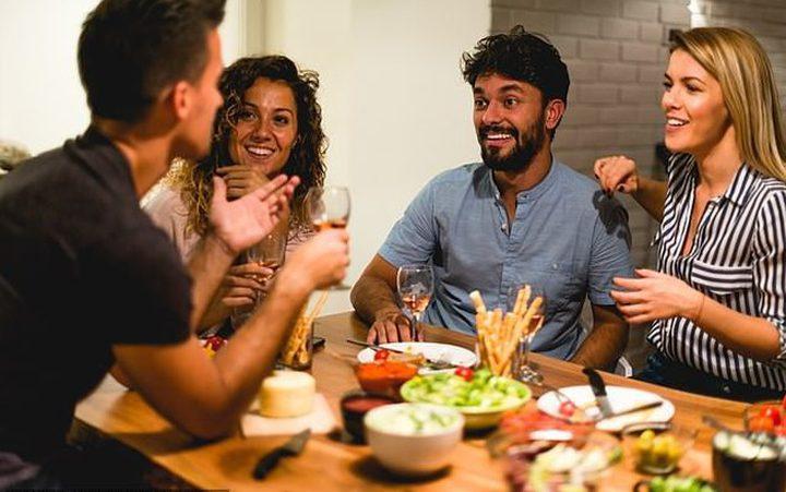 تناول الطعام مع أصدقاءك يجعلك تأكل أقل