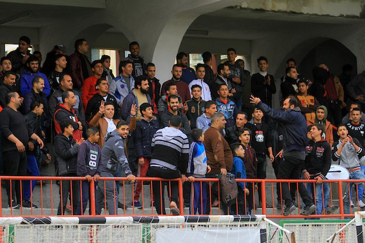 يشاهد المشجعون لاعبي اتحاد الشجاعية الفلسطيني (تي شيرت أخضر) وشباب شباب خانيونس (قميص أبيض) وهم يتنافسون خلال منافسة محلية ، في ملعب فلسطين ، في مدينة غزة في 20 يناير ، 2019.