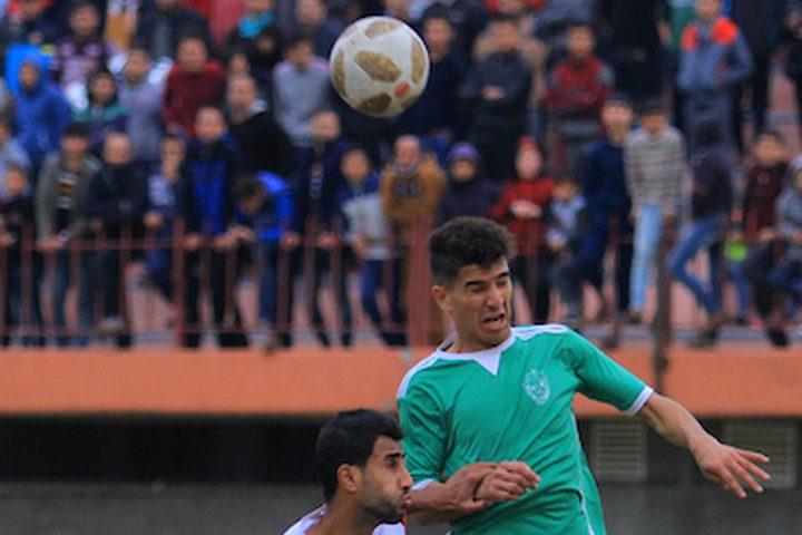 يتنافس لاعبو اتحاد الشجاعية الفلسطيني (تي شيرت أخضر) وشباب شباب خانيونس (قميص أبيض) خلال منافسة محلية ، في ملعب فلسطين ، في مدينة غزة في 20 يناير ، 2019.