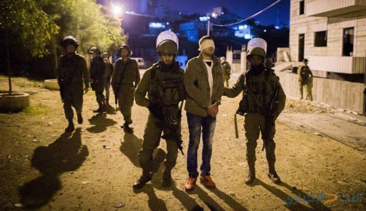 الاحتلال يعتقل 21 مواطنا بينهم زوجة أسير محرر