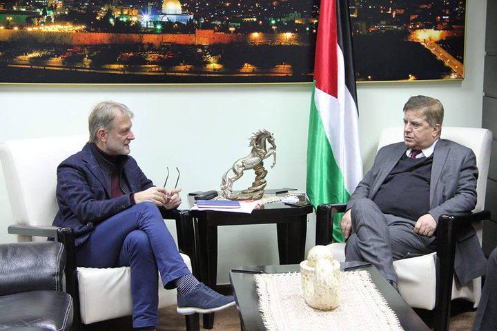 عواد يطلع ممثل الصحة العالمية على اقتحام الاحتلال للمقاصد