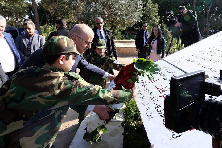 رئيس الوزراء د. رامي الحمد الله يضع اكليلا من الزهور على النصب التذكاري لشهداء الثورة الفلسطينية في بيروت
