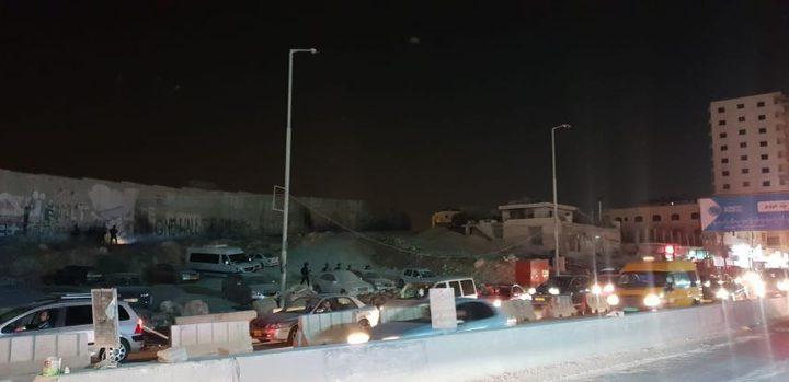 الاحتلال يغلق حاجز قلنديا ويسبب أزمة مرورية خانقة