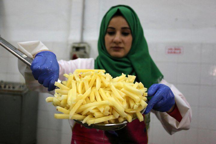 عاملات فلسطينيات يعملن في مصنع رقائق البطاطس المجمدة ، في بيت حانون في شمال قطاع غزة ، في 22 يناير ، 2019. تم غسل البطاطا وتقشيرها ويتم فحصها للتأكد من كدماتها وتلفها قبل التعبئة.