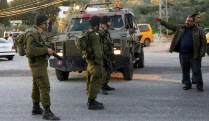 الخليل:الاحتلال يحتجز ثلاثة مواطنين على مدخل بلدة بيت عوا