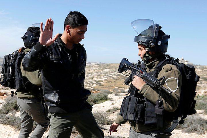 رجل فلسطيني يجادل مع قوات الأمن الإسرائيلية جرافات إسرائيلية تجرف الأراضي الزراعية في ود السمان بالقرب من مدينة الخليل بالضفة الغربية ، 23 يناير / كانون الثاني 2019. أكدت مصادر محلية أن جرافات الاحتلال اكتسحت حوالي 15 دونماً من الأرض ، واستولت على الجدران في منطقة جنوب الخليل