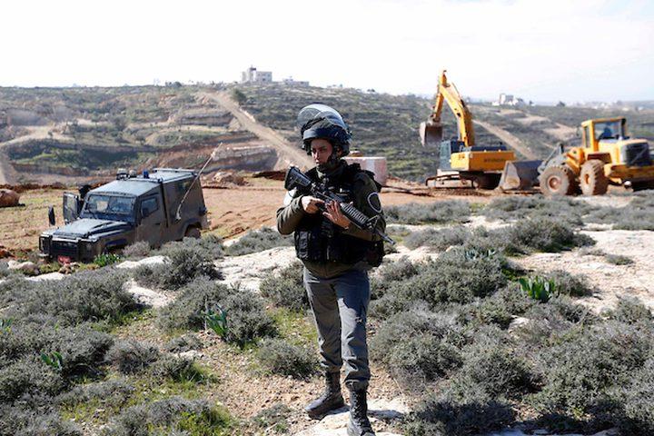 قوات الأمن تقف حراسة بينما تدمر الجرافات الإسرائيلية الأراضي الزراعية في ود السمان بالقرب من مدينة الخليل بالضفة الغربية ، 23 يناير / كانون الثاني 2019. أكدت مصادر محلية أن جرافات الاحتلال اكتسحت حوالي 15 دونماً من الأرض ، وأبقت الجدران في المنطقة. جنوب الخليل.