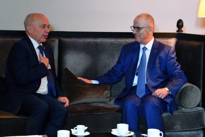 بحث رئيس الوزراء د.رامي الحمدالله طالب الرئيس السويسري بدعم مبادرة الرئيس محمود عباس للسلام