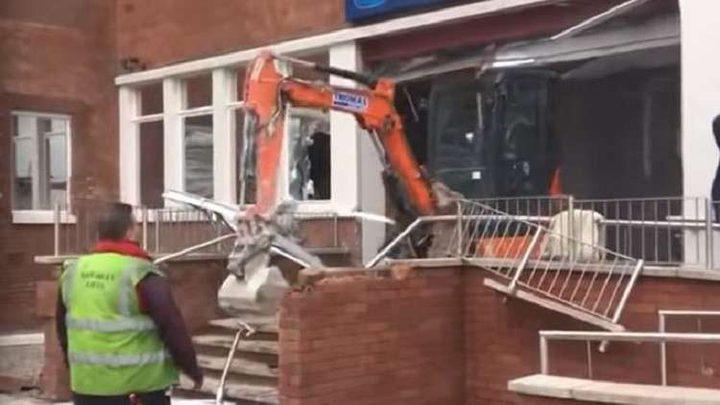 عامل يحطم فندقا بناه بنفسه! (فيديو)