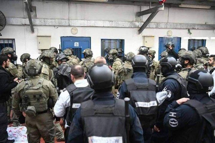 الاحتلال اعتدى على أسرى عوفر بالكلاب والغاز وأصاب 150 أسيرا