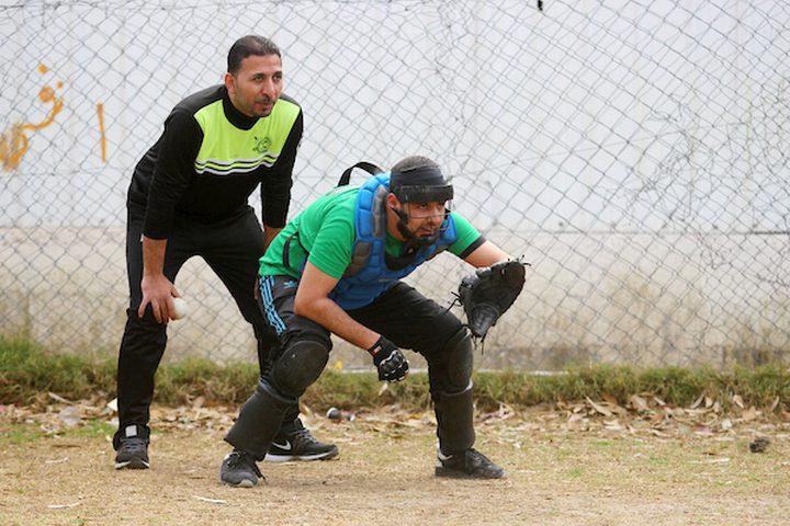 اللاعبون الفلسطينيون من نادي الهلال يتنافسون مع لاعبين فلسطينيين من النادي الأهلي خلال المباراة النهائية للبيسبول في مدينة غزة في 26 يناير 2019.