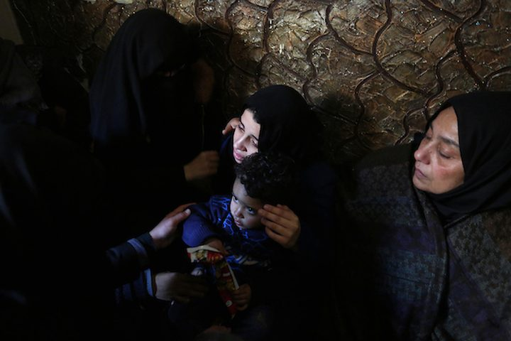 أقارب الشهيد إيهاب عابد ، 25 عاماً ، الذي استشهد برصاص الجنود الإسرائيليين في مسيرات العودة على الحدود بين إسرائيل وغزة ،  خلال تشييع جثمانه في رفح في جنوب قطاع غزة في 26 يناير / كانون الثاني 2019.