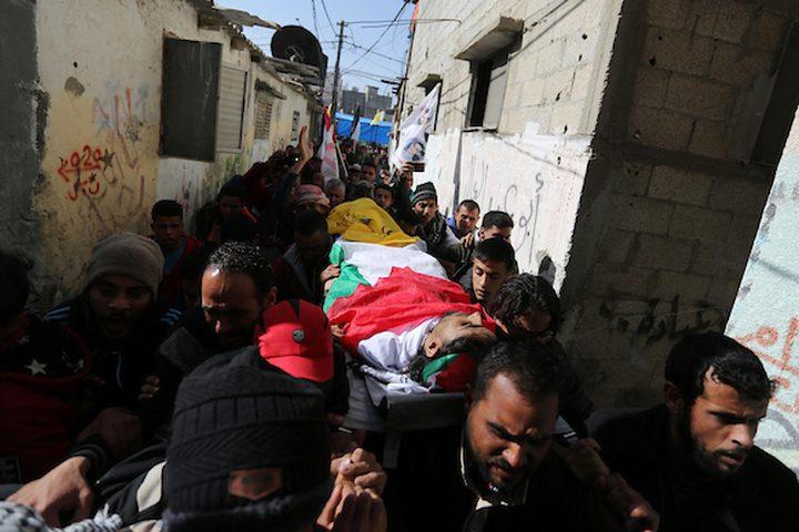 مشيعون يحملون جثمان الفلسطيني إيهاب عابد 25 عاماً ، الذي استشهد برصاص الجنود الإسرائيليين في مسيرات العودة على الحدود بين إسرائيل وغزة