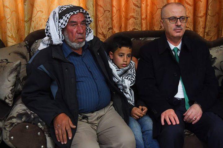 رئيس الوزراء د.رامي الحمد الله خلال تقديم واجب العزاء لاهل وذوي الشهيد حمدي النعسان بقرية المغير بمحافظة رام الله.