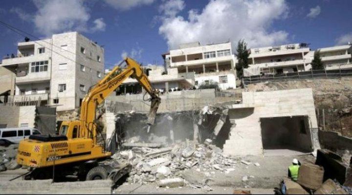 الاحتلال يهدم منشأة تجارية في القدس