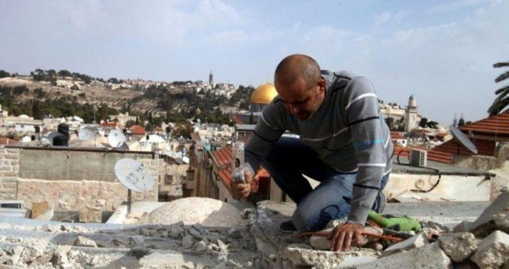 عائلة مقدسية تهدم منزلها بضغط من الاحتلال