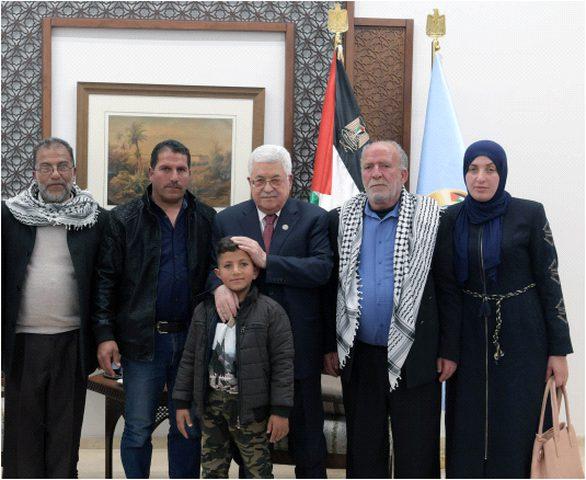 الرئيس يستقبل والدة وعائلة الشهيد أيمن حامد