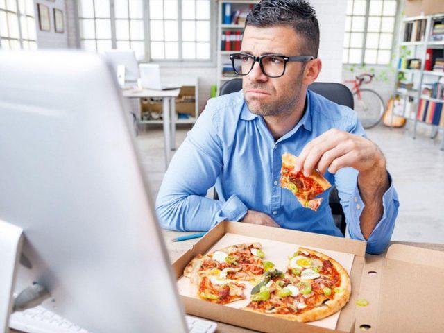 تحذير.. 12 خطأ خلال الأكل قد تدمر صحتك