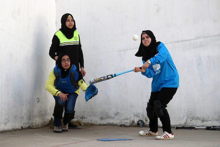 اللاعبات الفلسطينيات لنادي النصر العربي ينافسن لاعبي نادي أمواج ، خلال مباراة البيسبول الأخيرة ، في مدينة غزة في 31 يناير ، 2019.