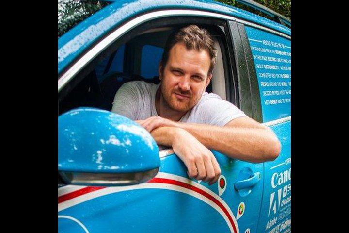 رجل هولندي يسافر بسيارته الكهربائية إلى استراليا لهذا السبب!