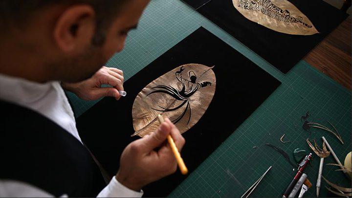 فنان تركي يبدع على أوراق الشجر