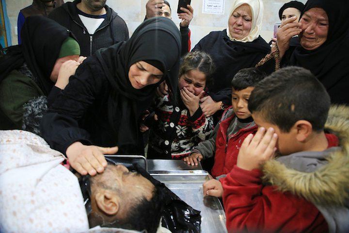 أقارب الفلسطينيون معمر الأطرش ، 42 عاماً ، الذي قُتل على أيدي قوات الأمن الإسرائيلية ، حدادا على جسده في مشرحة مستشفى الأهلي ، في مدينة الخليل بالضفة الغربية ، في 1 فبراير / شباط 2019. عشرات الفلسطينيين قُتلوا لا تزال القوات الإسرائيلية تحتجز الجثث الإسرائيلية على الرغم من نداءات جماعات حقوق الإنسان على إسرائيل بالإفراج عنهم.