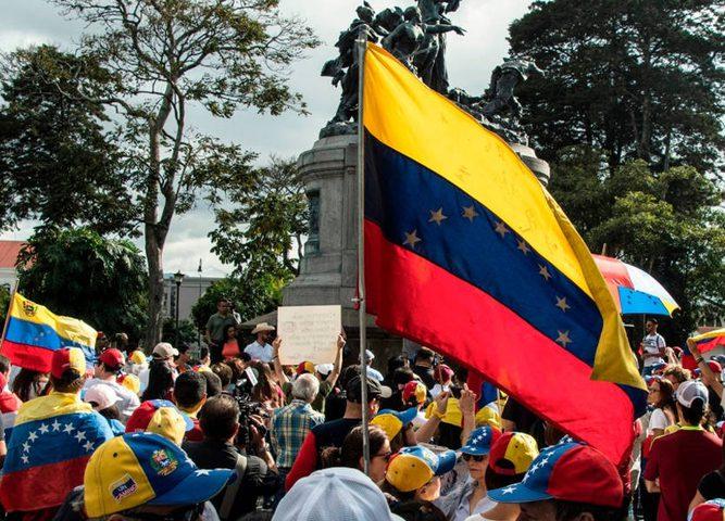 المتظاهرون يقطعون الشارع الرئيسي في كاراكاس