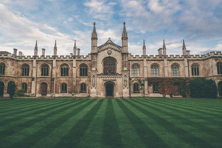طالب يتبرع بـ 100 مليون جنيه استرليني لجامعته