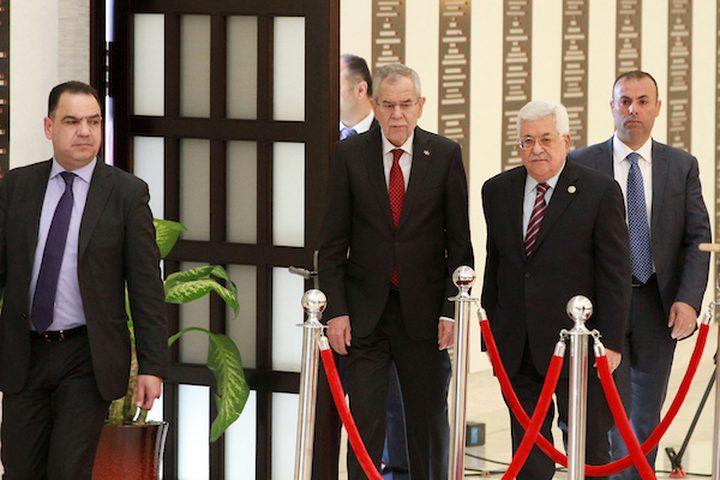 الرئيس الفلسطيني محمود عباس ونظيره النمساوي ألكسندر فان دير بيلين يتفقدان حرس الشرف خلال مراسم الترحيب في مدينة رام الله بالضفة الغربية في 5 فبراير 2019.