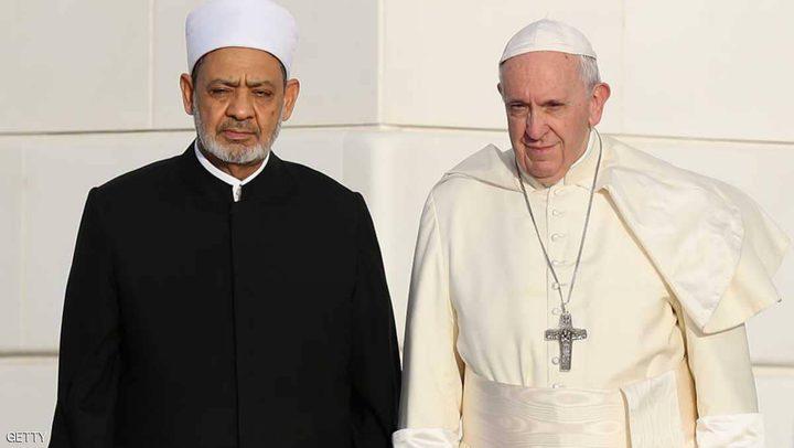 البابا فرنسيس وشيخ الأزهر يوقعان على كرة الأولمبياد الخاص